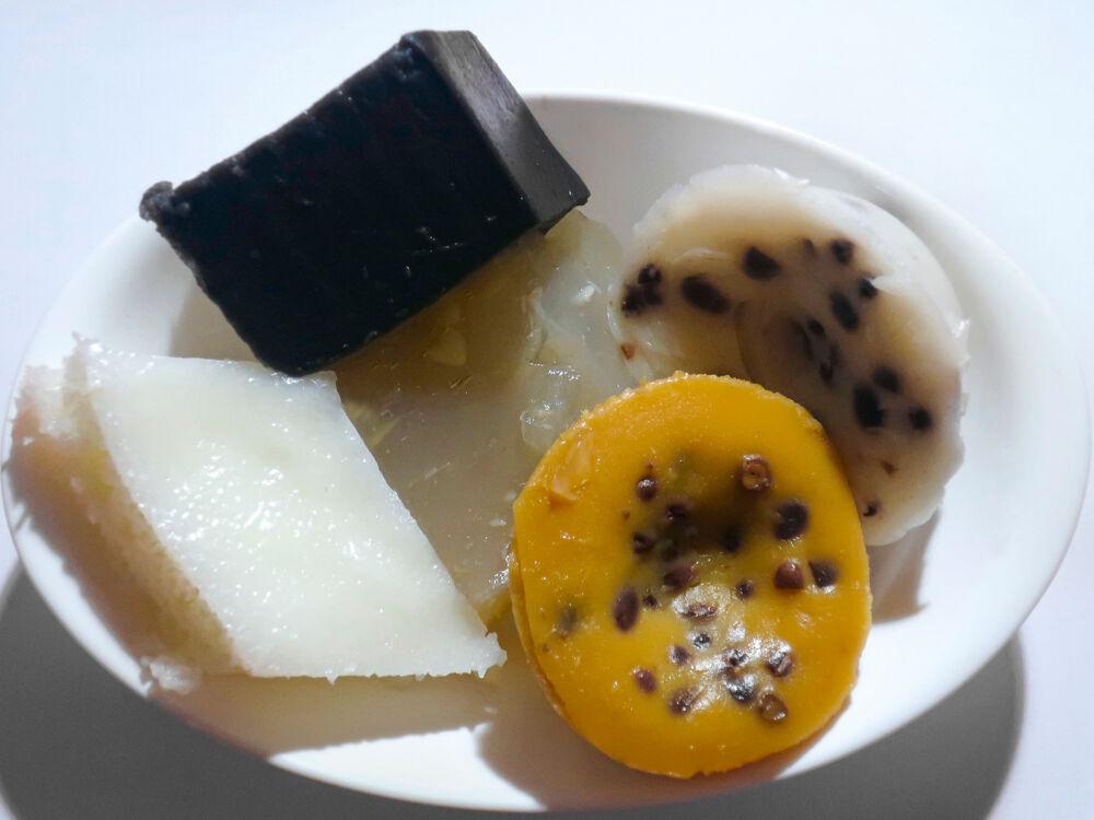 坤记的各式糕点,包括经典的砵仔糕。