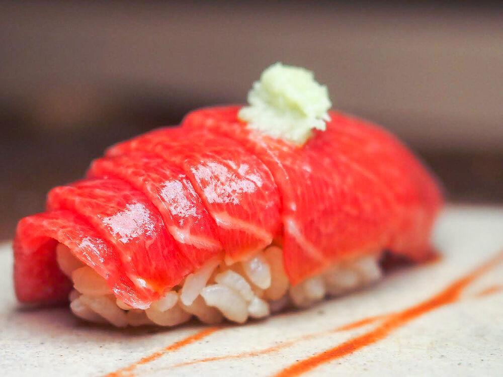 米其林一星餐廳鮨隆的醋飯使用兩種白醋加上一種紅醋,帶出雅致而有層次的味道。